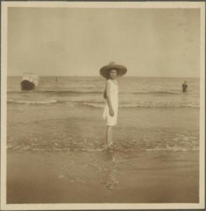 Karolina Lanckorońska by the sea