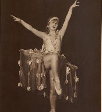 Kobieta w tanecznej pozie