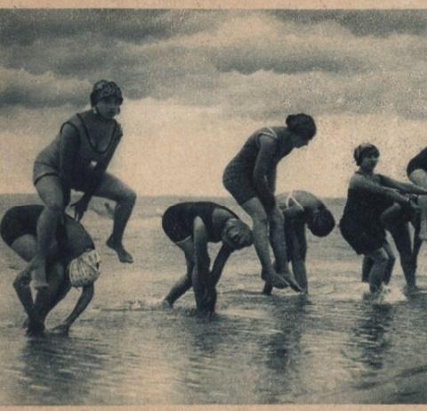 Kobiety podczas ćwiczeń na plaży