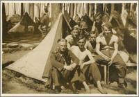 Czesław Bartkowiak wśród żołnierzy pod namiotami w lesie