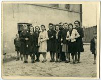 Uczennice szkoły pani Michaliny Sobolewskiej na podwórku szkolnym - nieznany