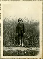 Wiesława Kłębukowska przy polu państwa Gnypków - Kłębukowski, Zdzisław