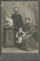Seweryn Mroczkowski z żoną Teofilą z Drzymulskich Mroczkowską i córkami - nieznany