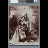 Portret pary aktorów (śpiewaków ?) w kostiumach scenicznych Romea i Julii (ujęcie całych postaci, w atelier) - Troczewski, Edward (fl. ca 1894-1897)