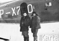 Leon Cydzik z kolegą na tle samolotu, którym dostarczano zaopatrzenie dla łagru.