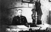 Michał Gaj, starszy przodownik Policji Państwowej w powiecie Sokal, w swoim gabinecie. Aresztowany w grudniu 1939, rozstrzelany wiosną 1940.